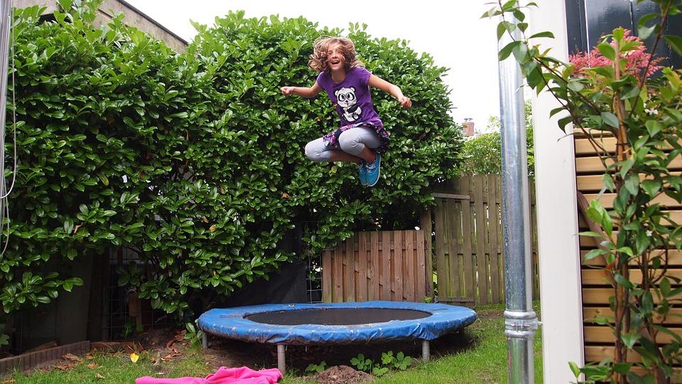 Skákání na zahradě