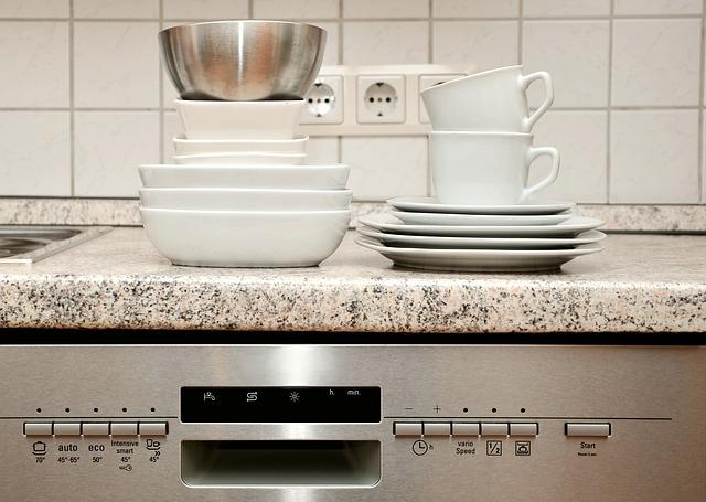 špinavé nádobí na myčce