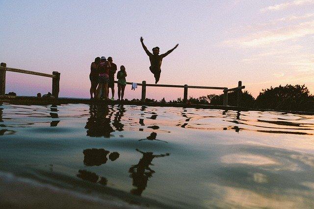 skok do vody při západu slunce