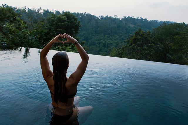 žena v bazéně s výhledem