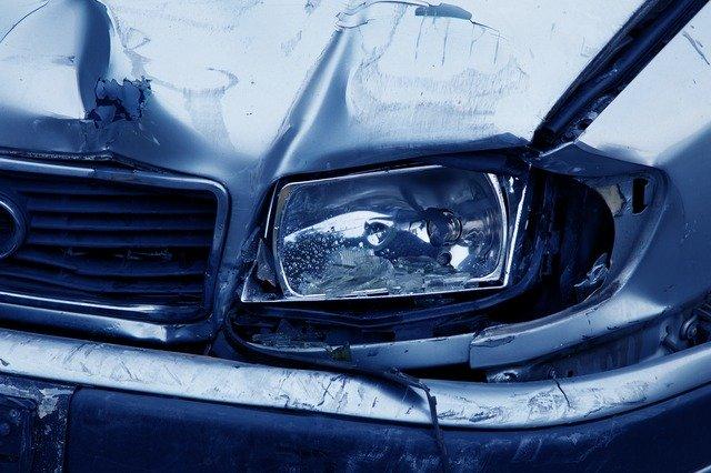 nehoda modrého auta