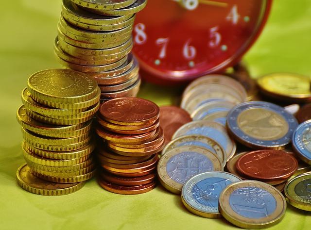 čas jsou peníze, mince, kousek budíku
