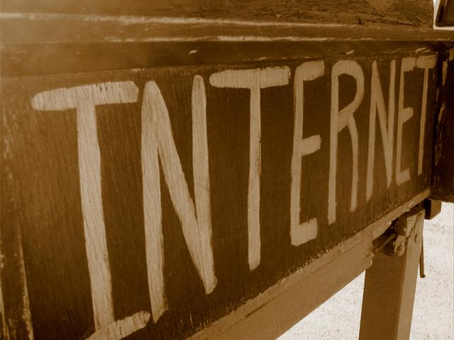 """na staré značce napsaný nápis """"internet"""""""